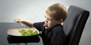 yeşil bezeyle yemekten hoşlanmayan erkek çocuğu