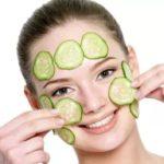 Temiz cilt yüzünde salatalık olan kadın