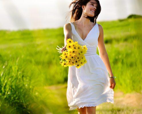 Doğa da elinde çiçek tutan kadın
