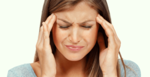 Baş ağrısı yasayan kadın