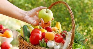 doğal beslenme sepet içinde meyve ve sebzeler
