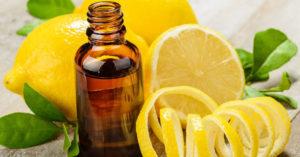 Limon yağı şişede ve kesik taze limonlar