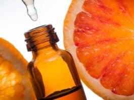 Portakal yağı damlalık ile şişeye aktarılıyor