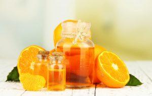 Portakal yağı şişede ve taze kesik portakal