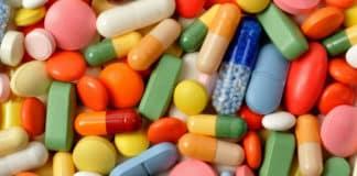 Renkli vitamin kapsül haplar