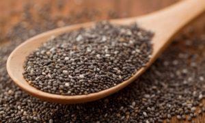 Tahta kaşık içerisinde Anti-Inflamatuar besin chia tohumu