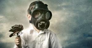 Kimyasal Zehirlenme maskeli çocuk elinde gül