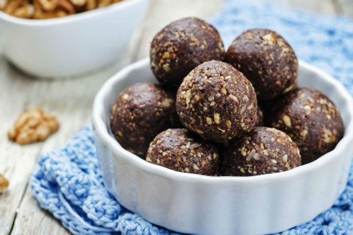 Beyaz çukur tabak içinde yulaf kepekli kakaolu toplar