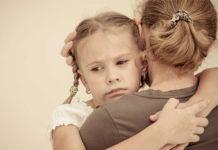 annesine sarılmış kız çocuğu