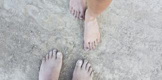 Toprağa yalın ayak basan iki çift ayak