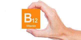 B12 Vitamini görselini elinde tutan adam