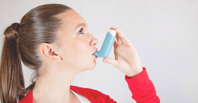 Astim Hastalığı olan kadın sprey ilaç kullanırken