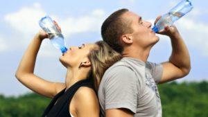 Safra kesesi taşı için su içen erkek ve kadın
