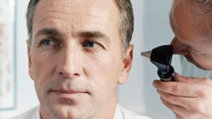 Kulak çınlaması tedavisi olan adam
